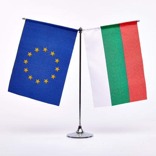 Друг модел Настолна стойка от хром-никел със знамена на България и ЕС с размер 16/22 см. Модел 2